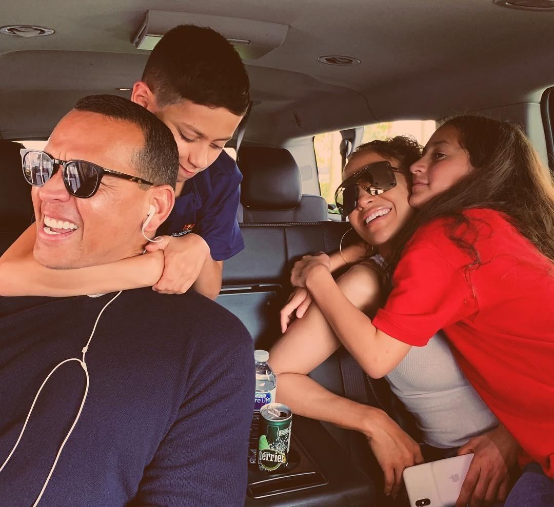 Дженнифер Лопес поделилась трогательным фото с женихом и детьми