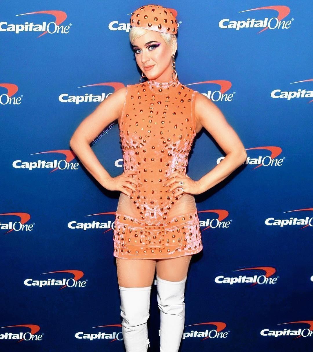 Кэти Перри решила примерить образ оранжевого мухомора, даже белая «ножка» есть. Если задумка была именно такая, то аплодируем, если нет — надеемся Кэти серьезно поговорит со своим стилист...