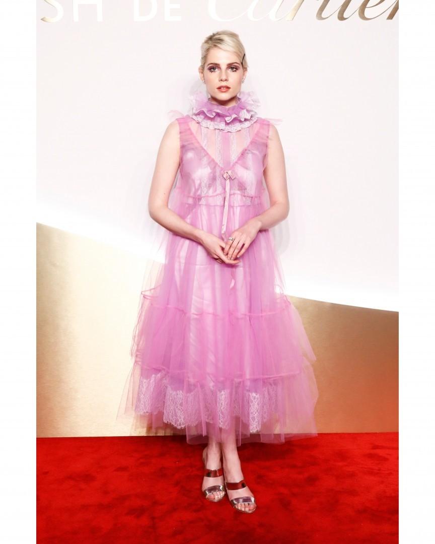 Актриса уже давно выбирает странные платья. В этот раз она появилась на красной дорожке в платье, которое, кажется, создал сам доктор Франкенштейн (на самом деле, Марк Джейкобс) из того,...