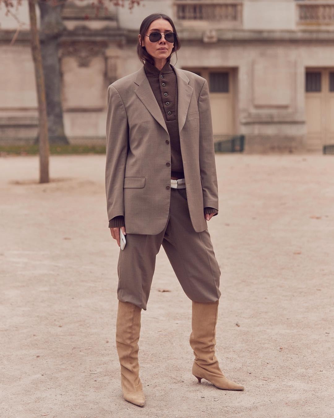 На последних неделях моды был замечен новый тренд — брюки свободного кроя, заправленные в высокие ботфорты. Чтобы добавить образу дополнительные формы и объем, гости недель моды надевали...