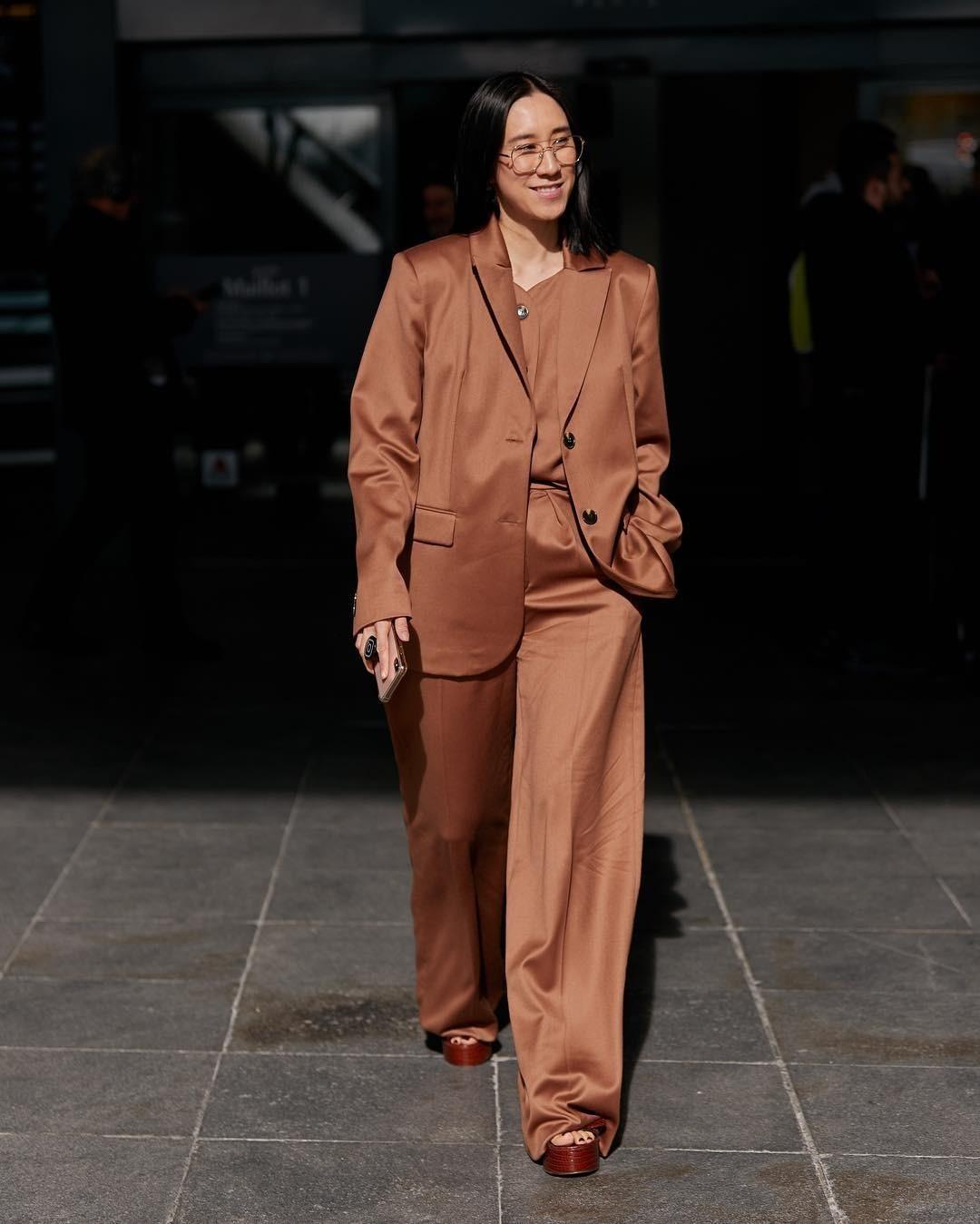 Помимо пиджака можно прихватить еще и брюки, чтобы собрать полноценный oversize костюм. Если ты невысокого роста, то советуем надеть обувь на каблуке или платформе, а если рост позволяет,...