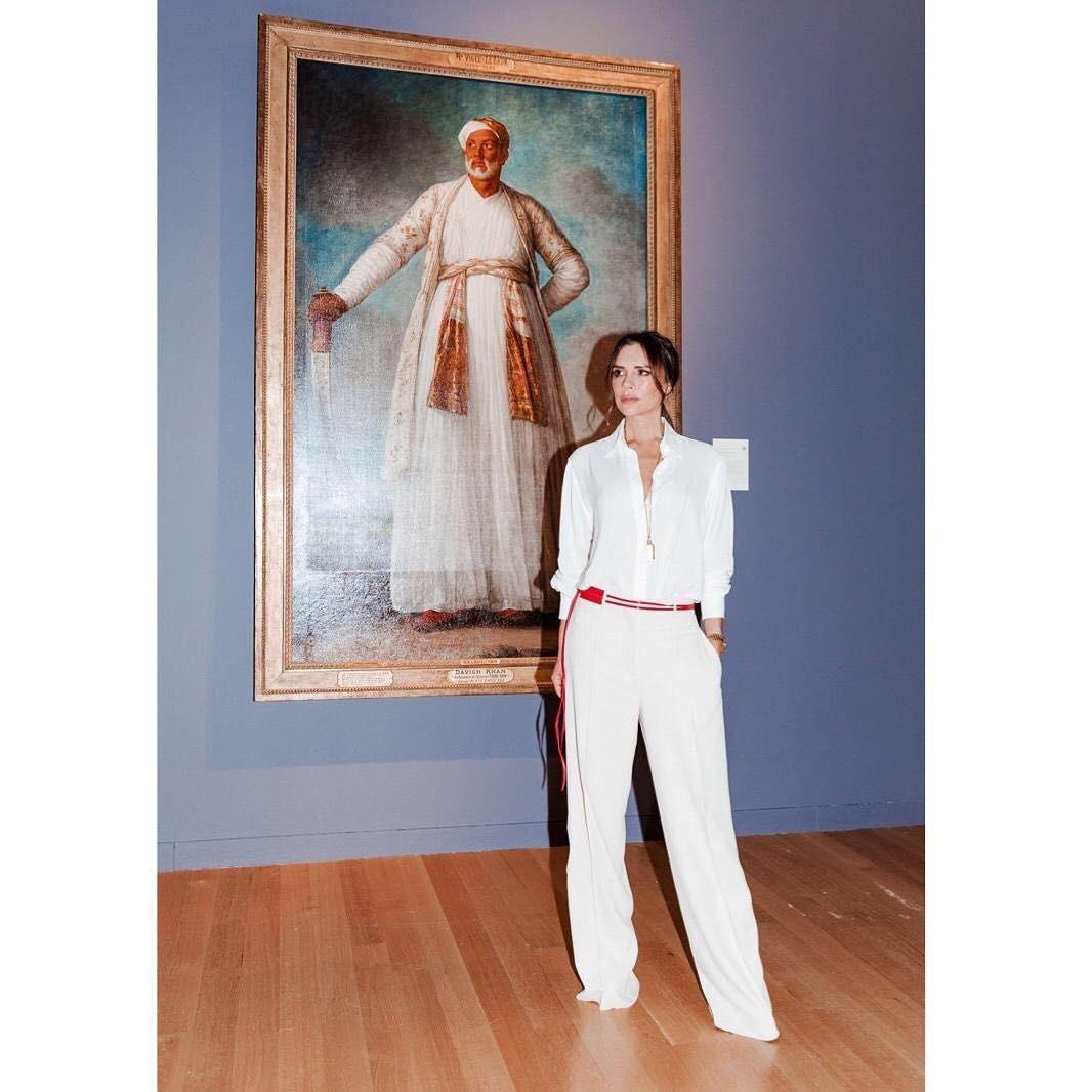 Формула создания стильного образа за пять минут от Виктории Бекхэм: «базовая белая рубашка, расстегнутая на верхние пуговицы + брюки палаццо + яркий ремень». Обувь из-за длинных штанин не...