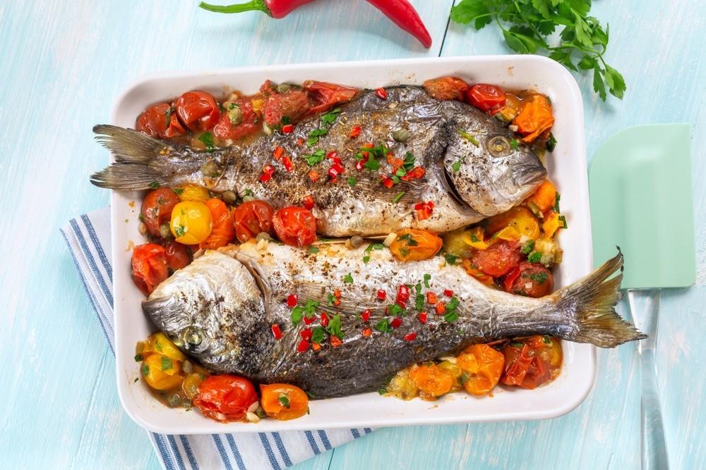 Ты еще не похудела: рецепт рыбы, запеченной с помидорами