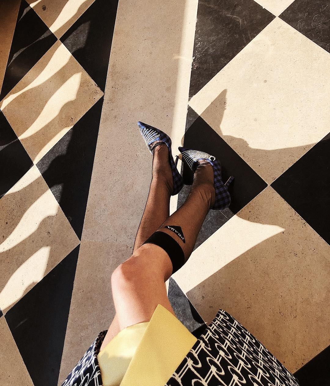 Звезда стритстайла: как самые модные девушки носят капроновые гольфы Prada