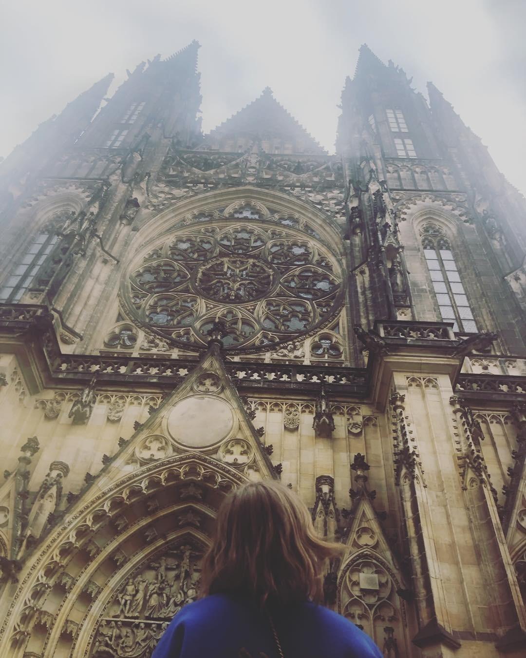 Такую параллель онпровел под фото, накотором журналистка стоит нафоне Собора Святого Вита вЧехии (Прага), построенного вготическом стиле.  «Нафото— опаснейший человек! Иневерьте...