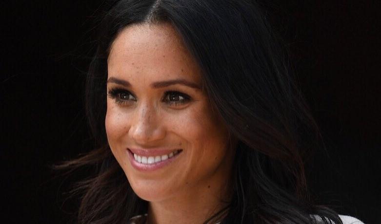 Известно, что Меган хотела надетьукрашение наофициальный визит наостров Фиджи. Однако принц Чарльз заявил, что вэтом нет необходимости, так как ношение тиар— устаревшая традиция.