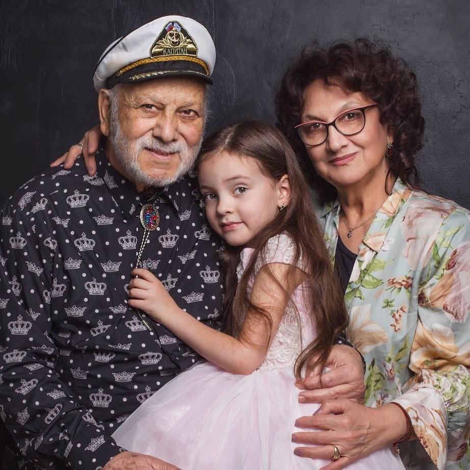 Алла-Виктория с дедушкой и тете...