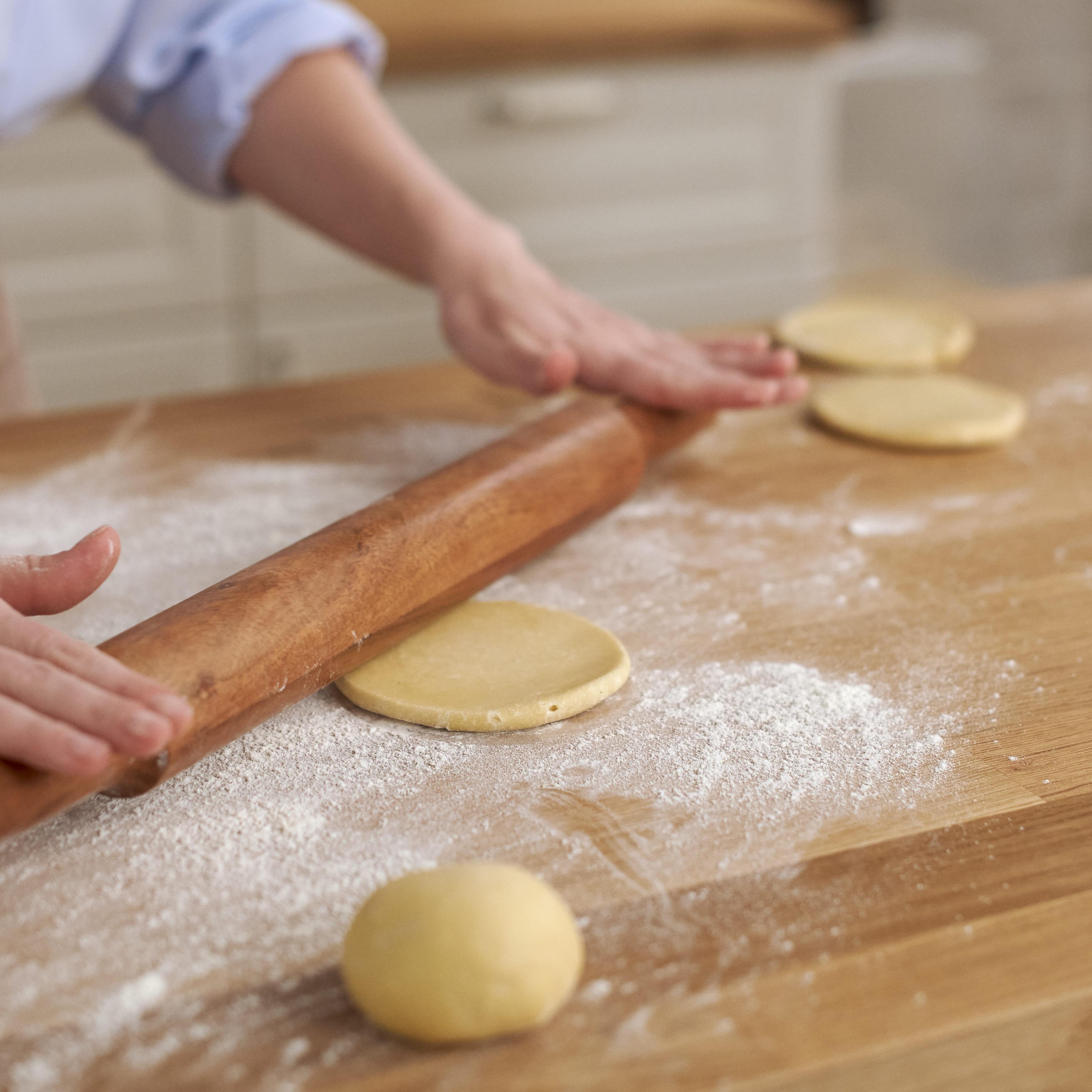 Дай шарикам полежать 5-10 минут, слегка расплющи их рукой или скалкой. Переложи на противень для брожения, накрой пищевой пленкой. Только когда тесто полежит и хорошо «расслабится», ты ле...