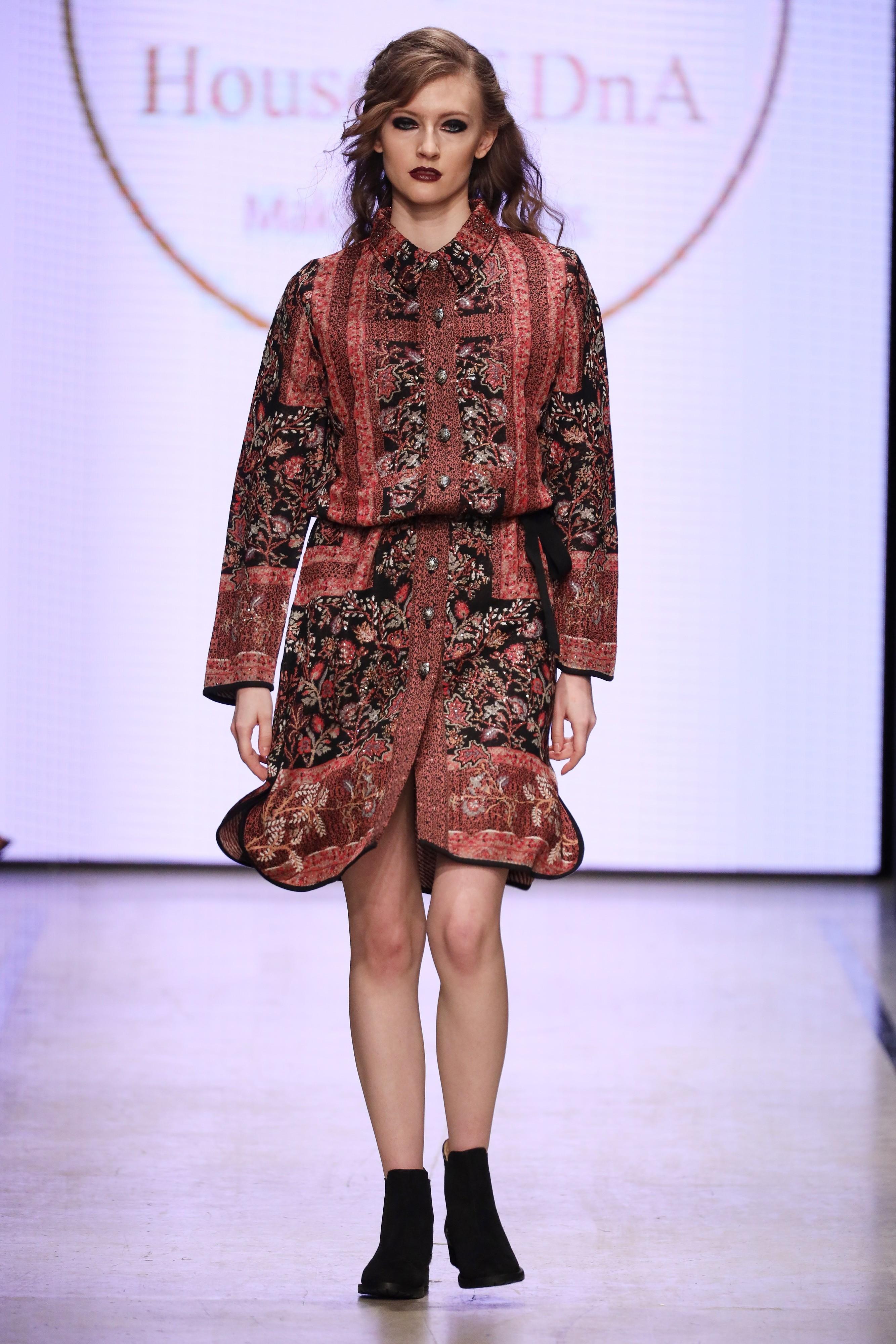 Дизайнер предложил большой выбор платьев, халатов , туник и блуз с элементами национального индийского костюма.