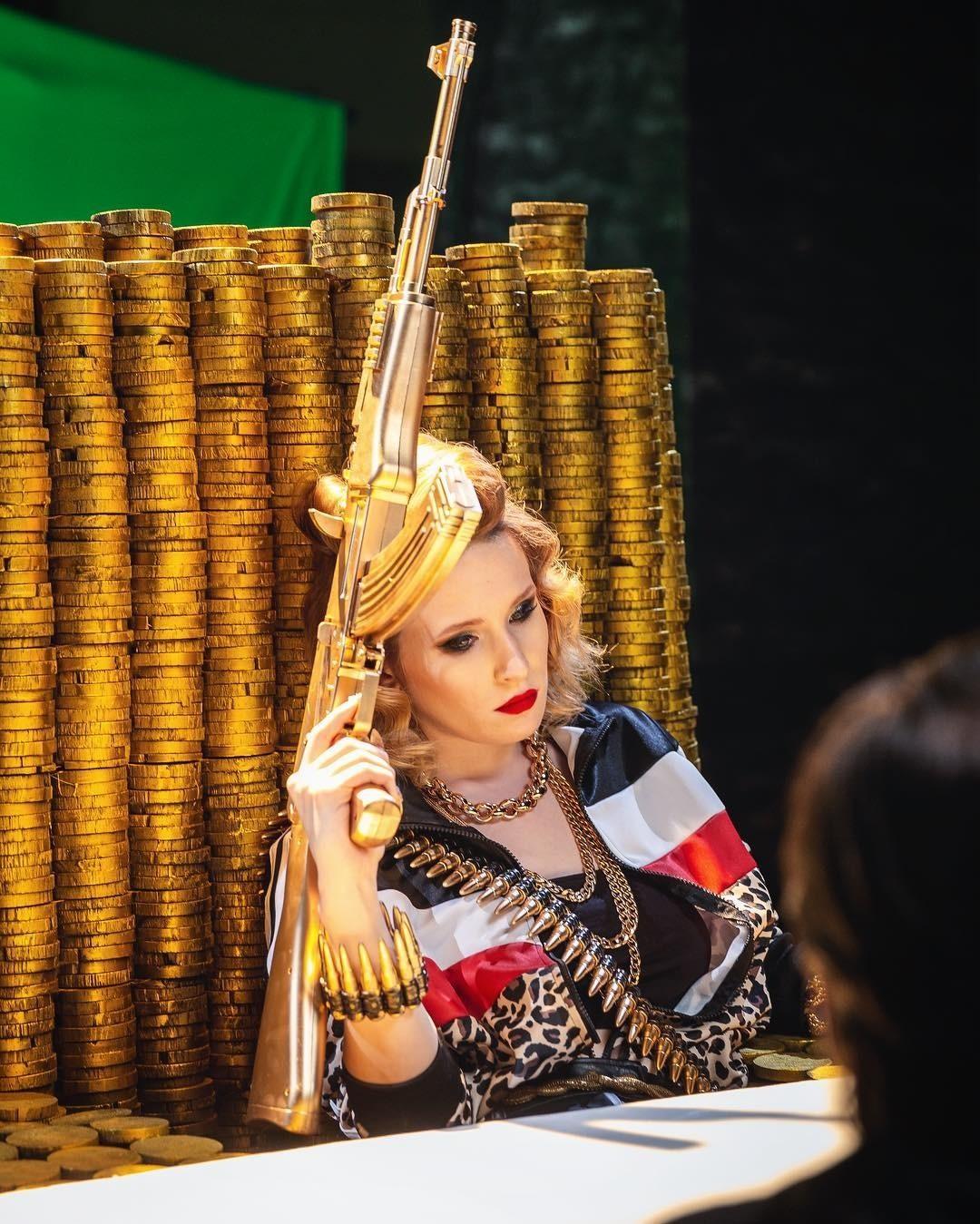 Лиза Монеточка высмеяла «гэнгста-рэперов» всвоем новом клипе напесню «Нимфоманка»