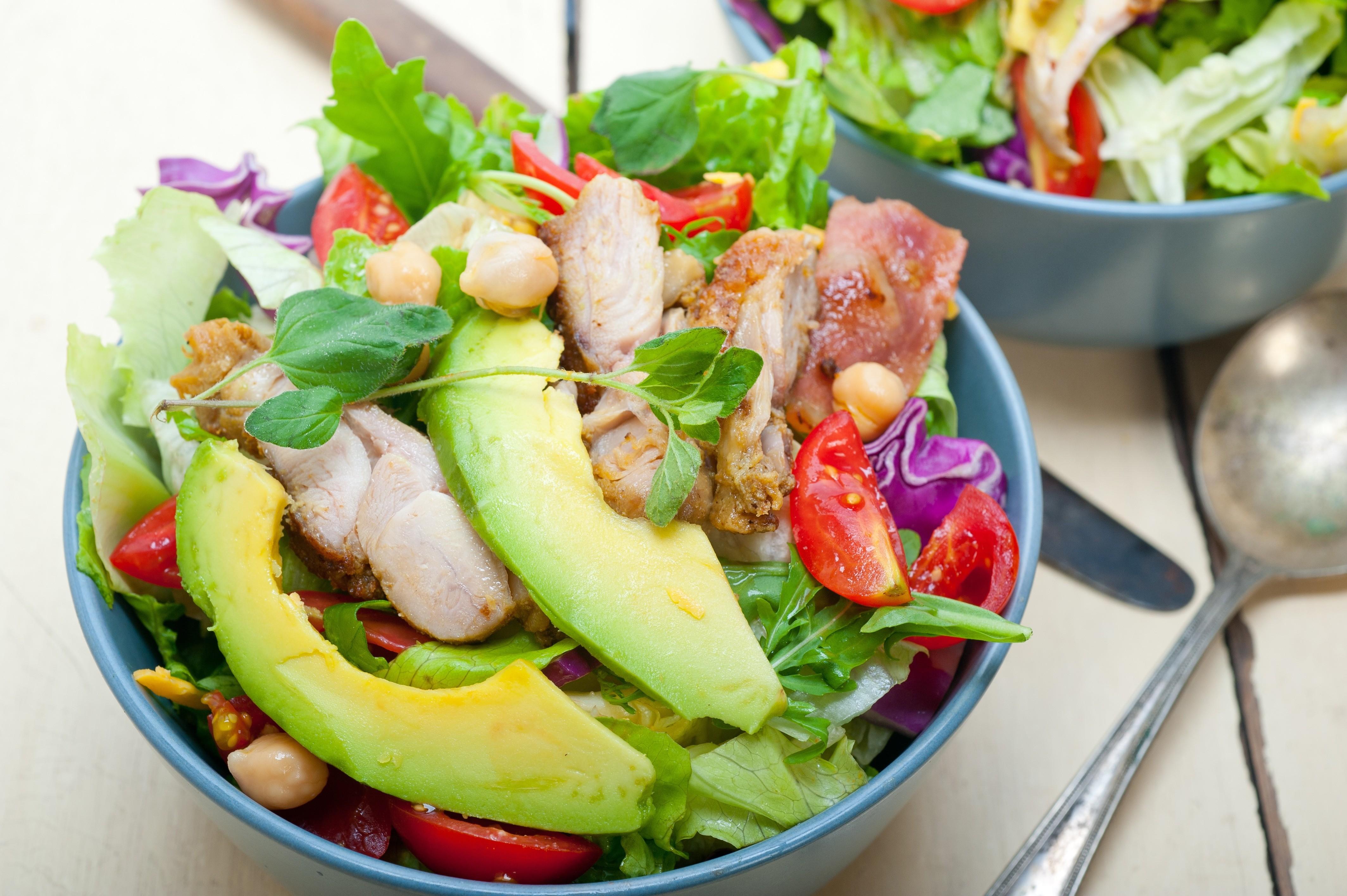 Вкусно и без заморочек: рецепт овощного салата с индейкой и цитрусовым соусом