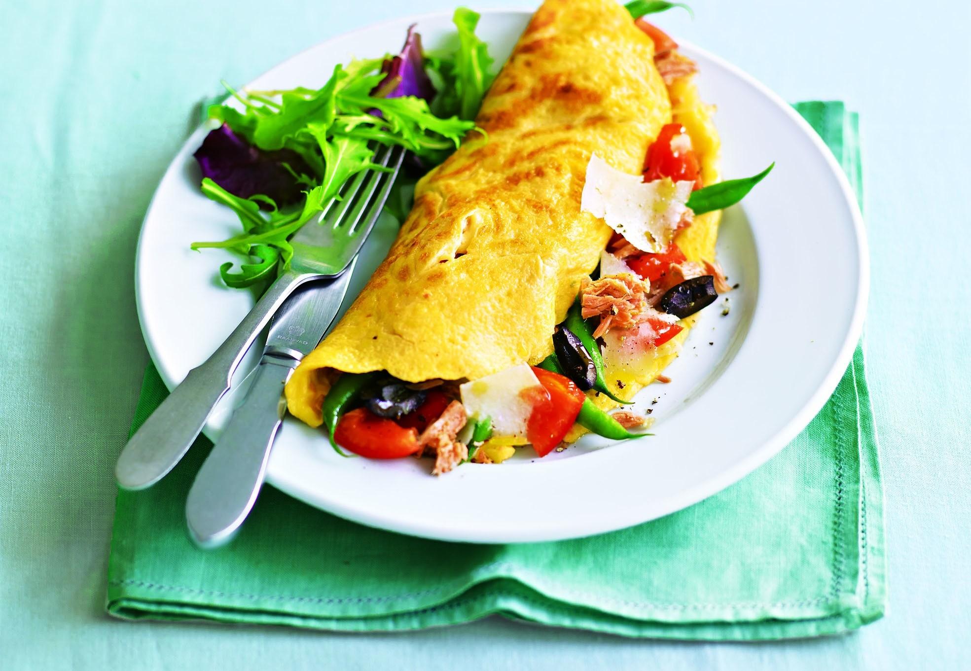Завтрак для двоих: рецепт омлетов с тунцом и овощами