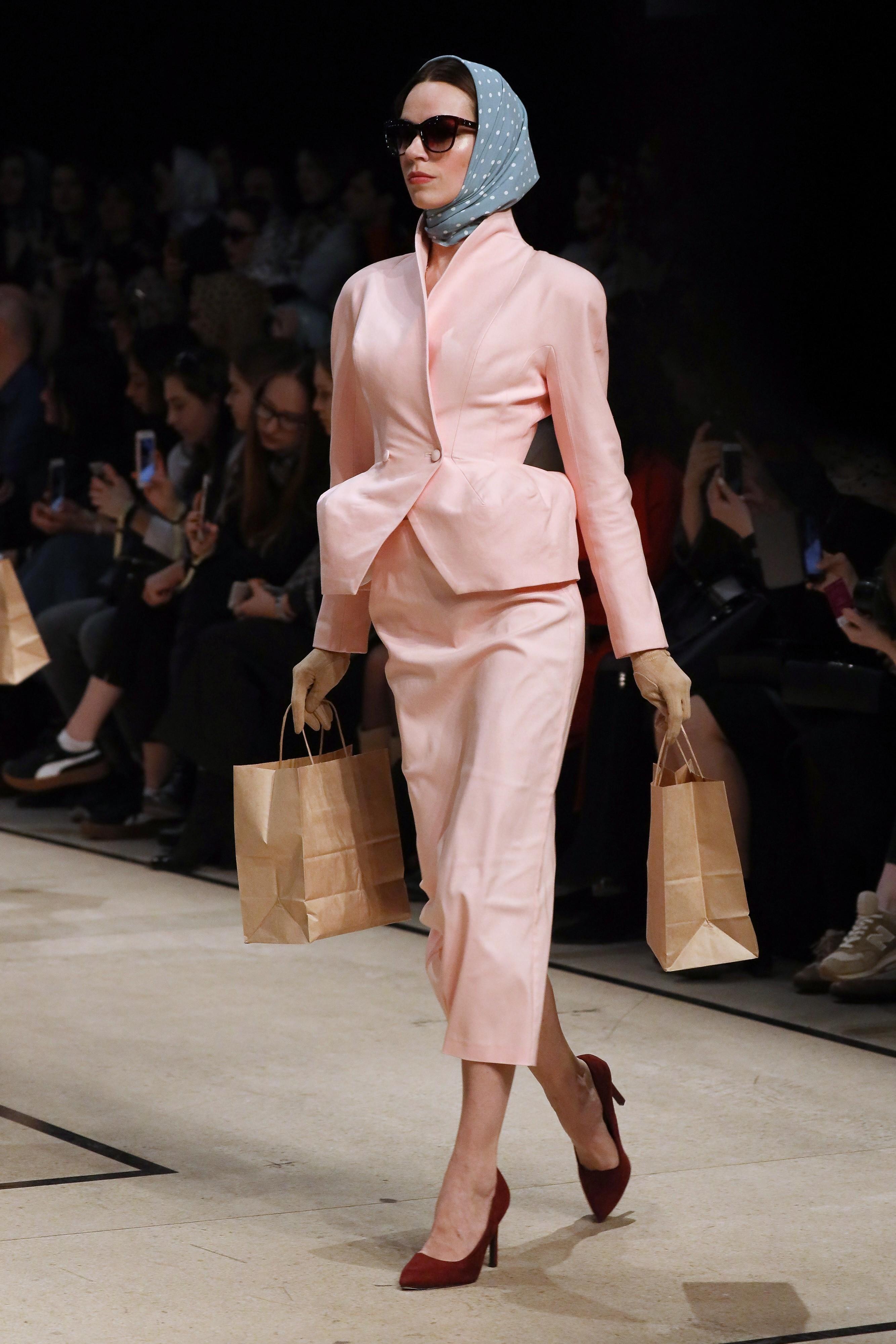 Финальный день Mercedes-Benz Fashion Week открывал п...
