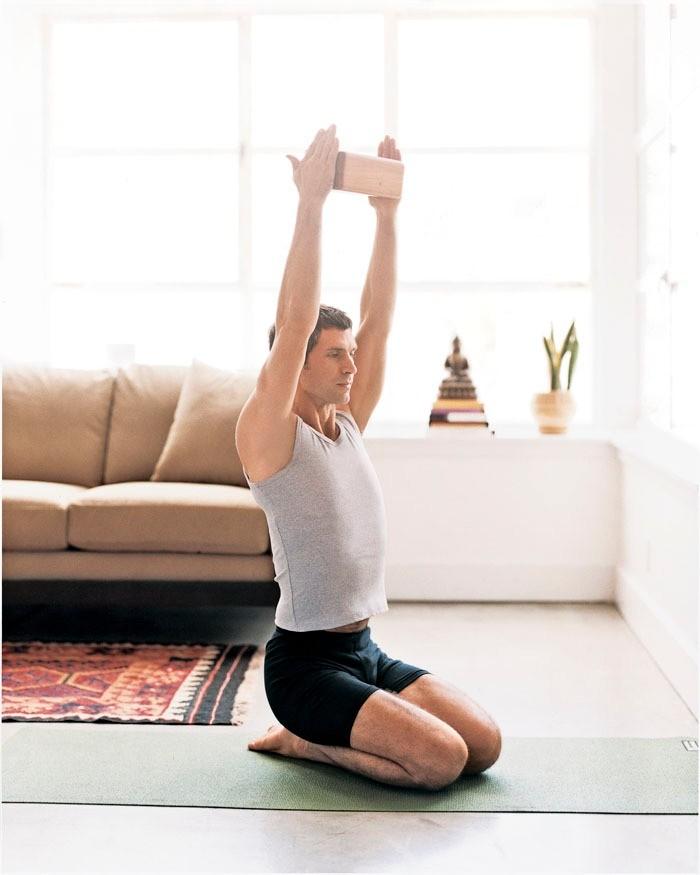 Чаще всего болив спине вызваныослаблением мышц в позвоночнике,защемлении нерва или в неправильной осанки.  Выполнять упражнение можно на полу, либо на стуле. Выпрямись, расправьплечи...