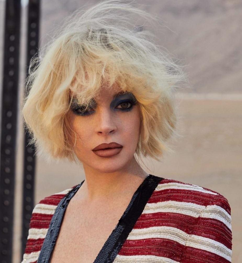 Совсем недавно Линдси вернулась из небытия, возобновив карьеру актрисы, с чем ее и поздравляем. Чего нельзя сказать о ее луке в стиле 90-х для съемки. На ней «добрые визажисты» оторвались...