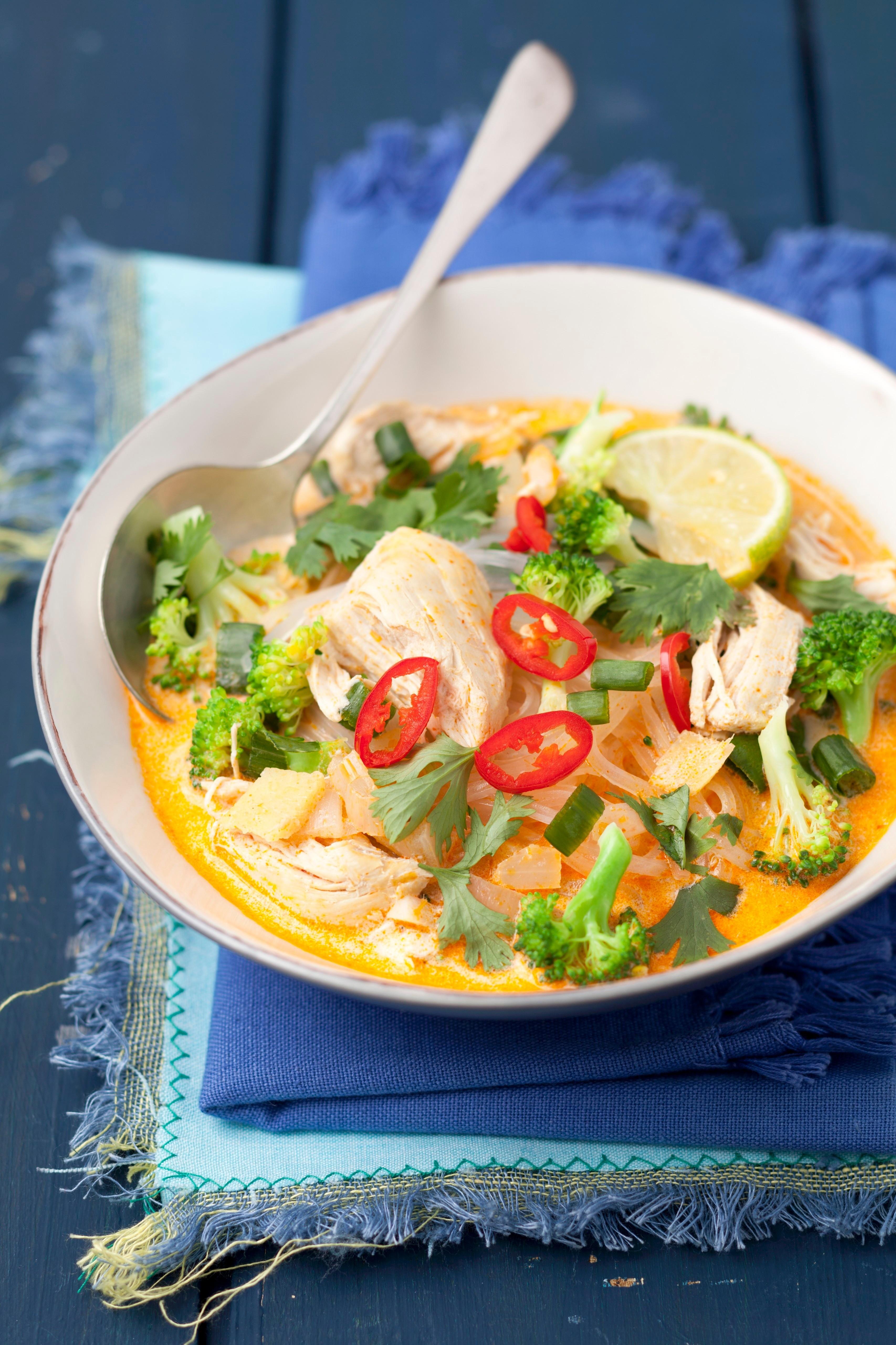 Долой скучные обеды: рецепт овощей-вок в сливках с курицей карри