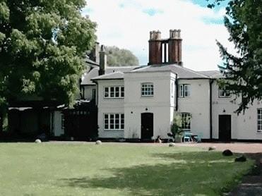 На территории поместья есть парк с полем для гольфа, роща с шелковицей и две фермы. «Этот особняк гораздо уединеннее, чем Кенсингтонский дворец. Когда королева Елизавета II бывала здесь,...