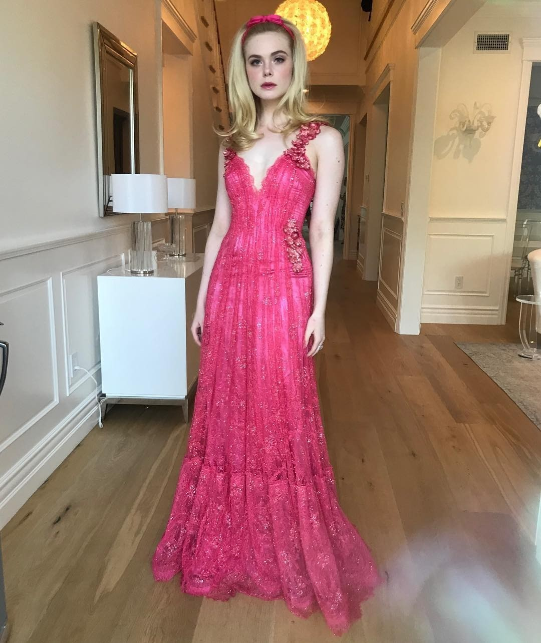 Единственная девушка, которая, на наш взгляд, может примерить на себя такой вот образ Барби, — Пэрис Хилтон. Эль Фаннинг не менее красивая и милая, но розовый тюль в стеклярусе не ее стез...