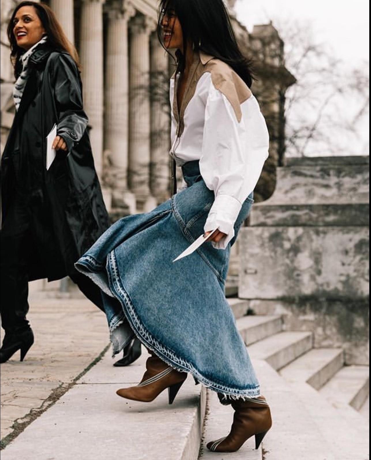 Если в прошлом десятилетии на пике были джинсовые мини-юбки, то сейчас актуальны джинсовые юбки длины миди или макси. Носи их с женсвенными блузами или спортивными бомберами, кроссовками...