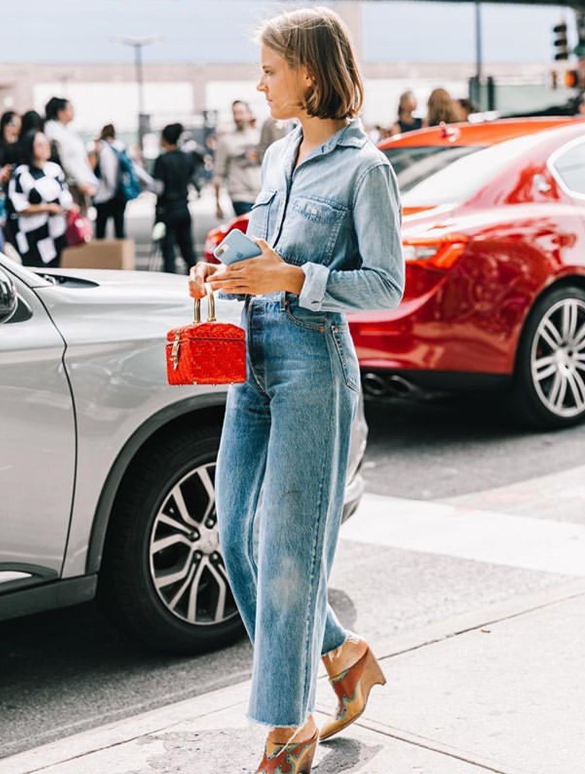 В текущем сезоне дизайнеры и стилисты призывают одеться в деним с ног до головы. Так что смело можешь носить джинсовую рубашку с джинсами и курткой из денима. Однако, чтобы у тебя не полу...