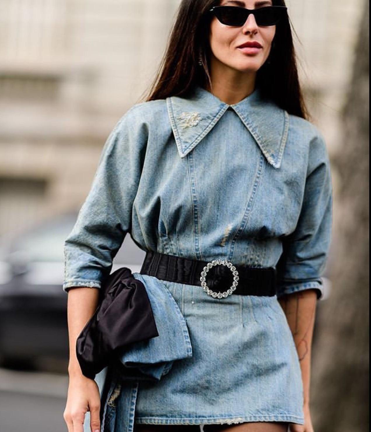 Джинсовое платье из вареного денима просто обязано появится в твоем гардеробе этой весной. Длина и фасон могут быть любыми: все зависит от твоих предпочтений. Подбери к джинсовому платью...