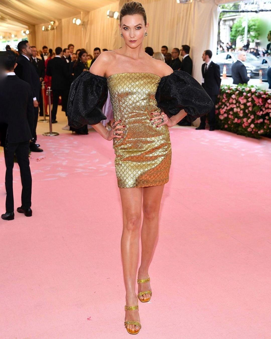 Модель при выборе платья, видим...