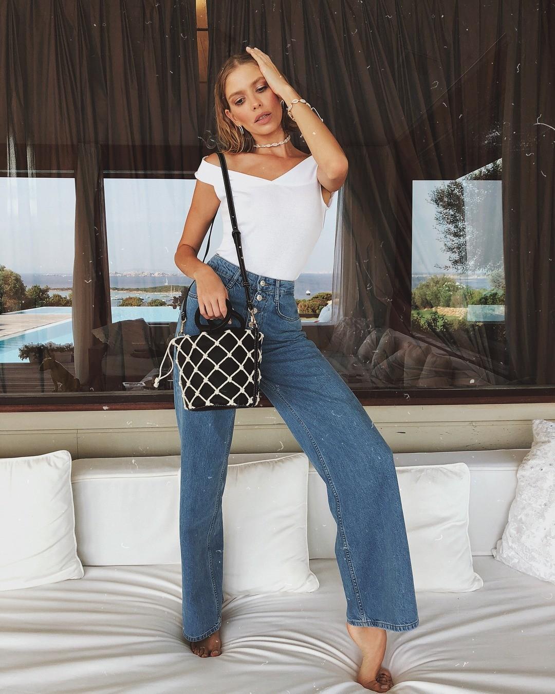 Расклешенные джинсы — одна из т...