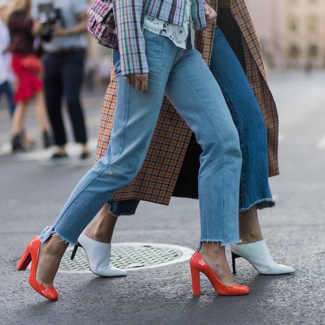 С чем носить джинсы-клеш: 10 модных идей