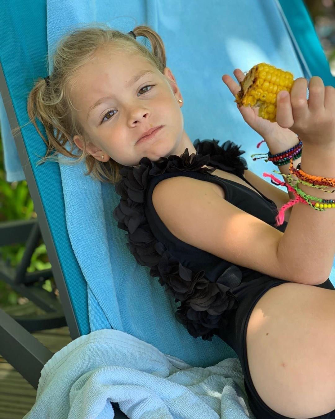 Дочь Тимати повеселила пользователей Сети сценкой в мамином бюстгальтере