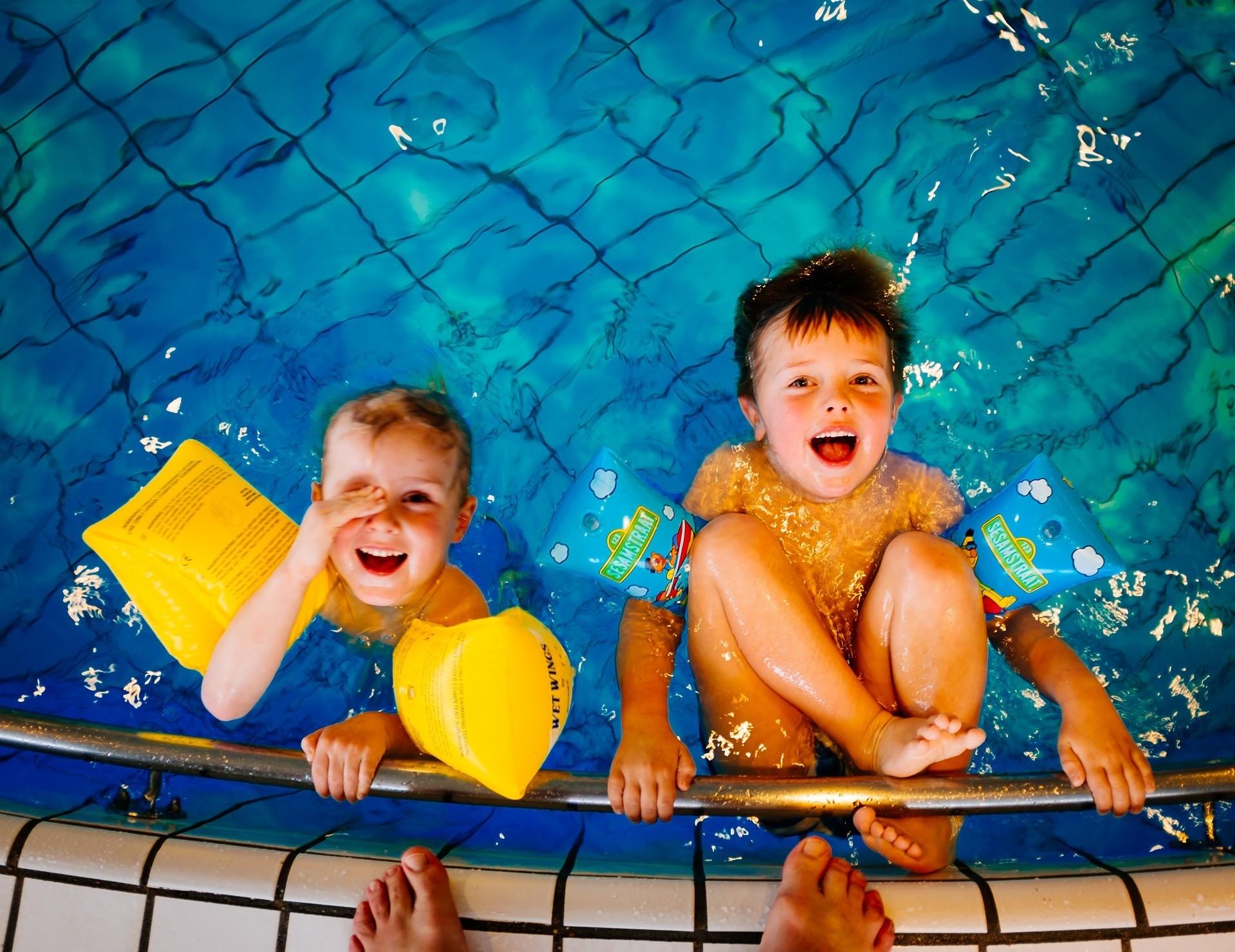 Как научить ребенка плавать (спойлер: к отпуску как раз успеешь)