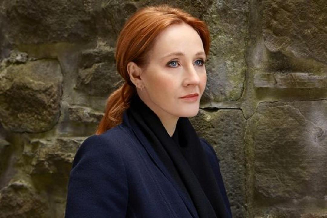 Джоан Роулинг написала серию книг овселенной Гарри Поттера