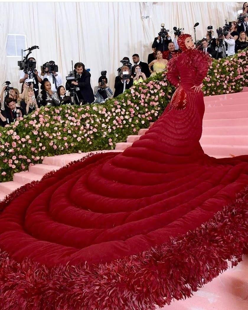 Карди Би в огромном платье Thom Browne, за&...