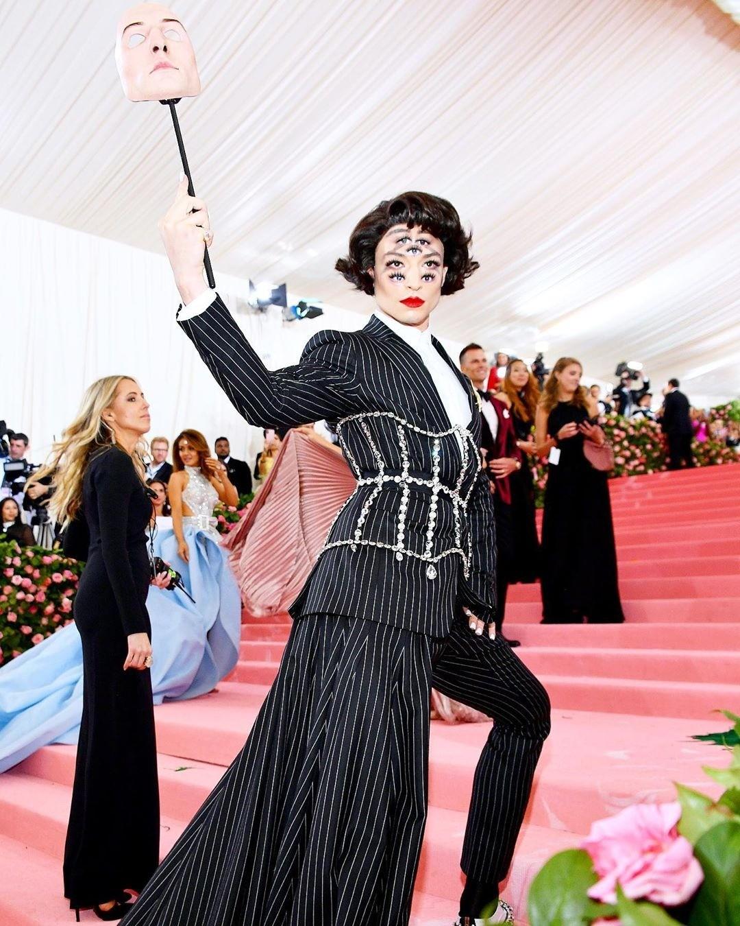Эзра Миллер в костюме Burberry с импро&#107...
