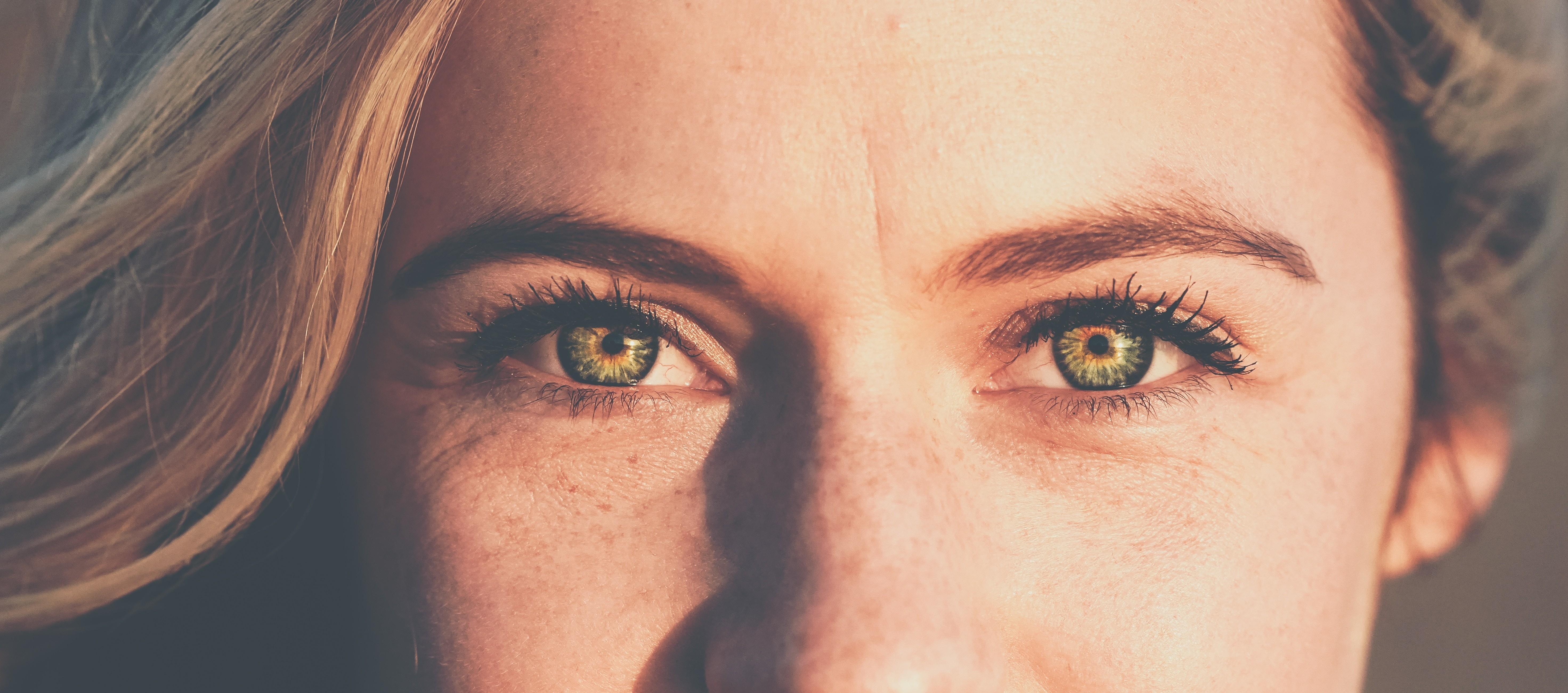На борьбу с морщинами: лучшие антиэйдж средства для кожи вокруг глаз