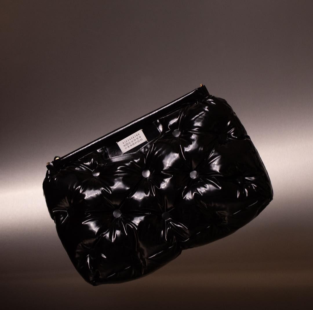 Тренд сезона: как звезды стритстайла носят огромные сумки