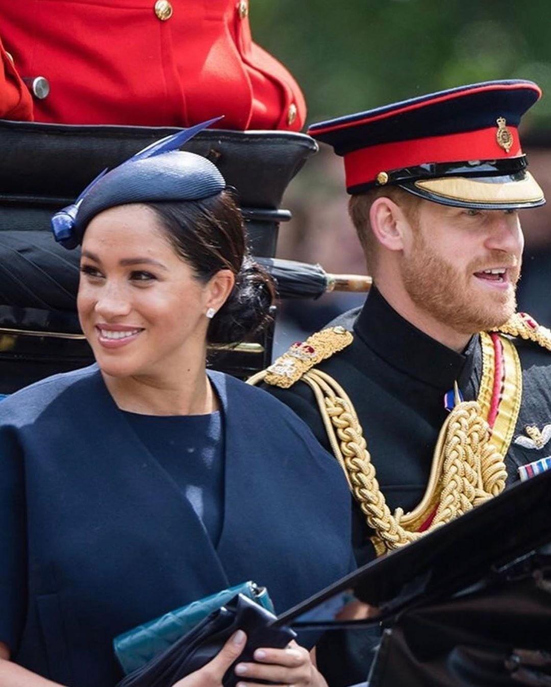 Британские таблоиды выяснили, зачем Меган Маркл надела три кольца на военный парад (видео)