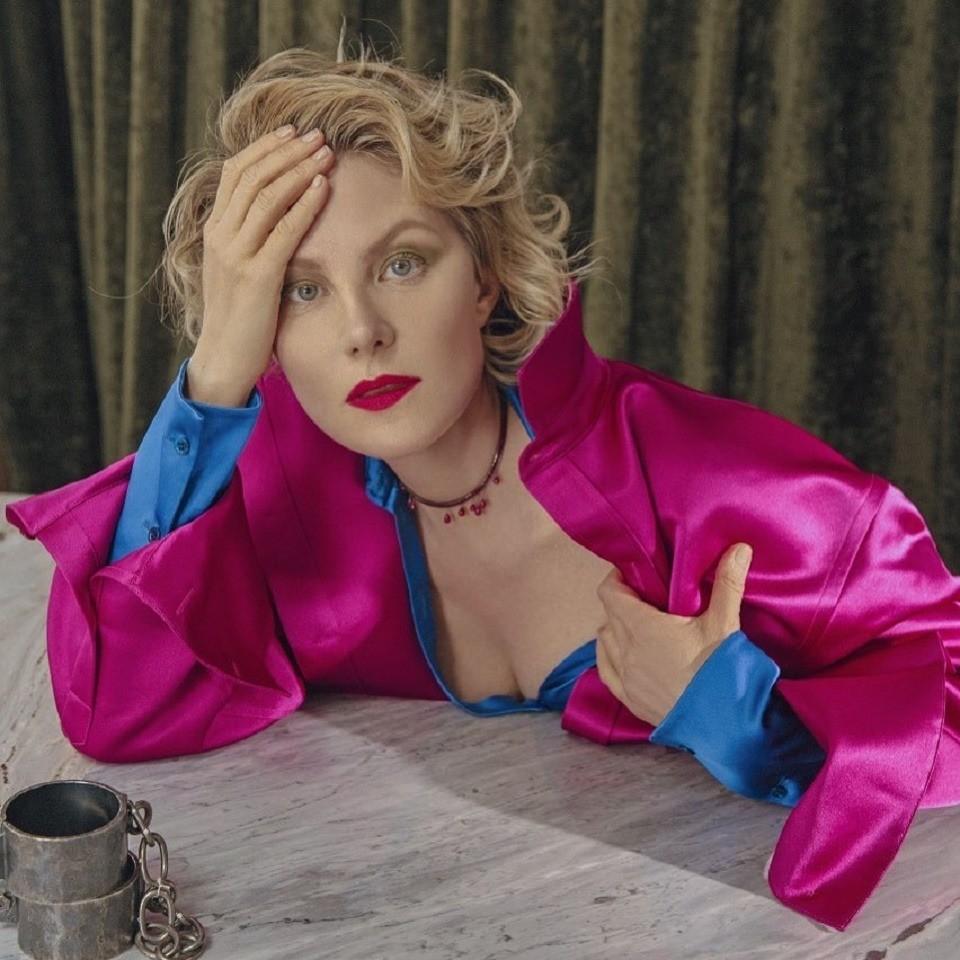 «Вобразе орлеанской девы»: Рената Литвинова показала, как носить «платье-кольчугу»