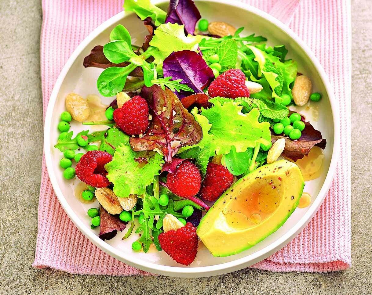 На десерт или на обед: рецепт салата с миндалем или малиной
