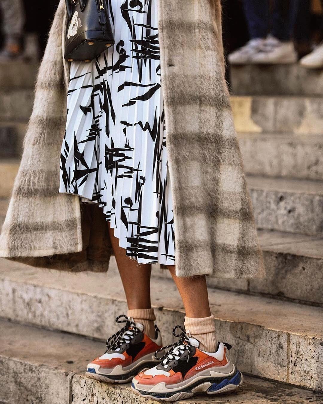 8 способов носить кроссовки с юбками и платьями (и выглядеть потрясно)