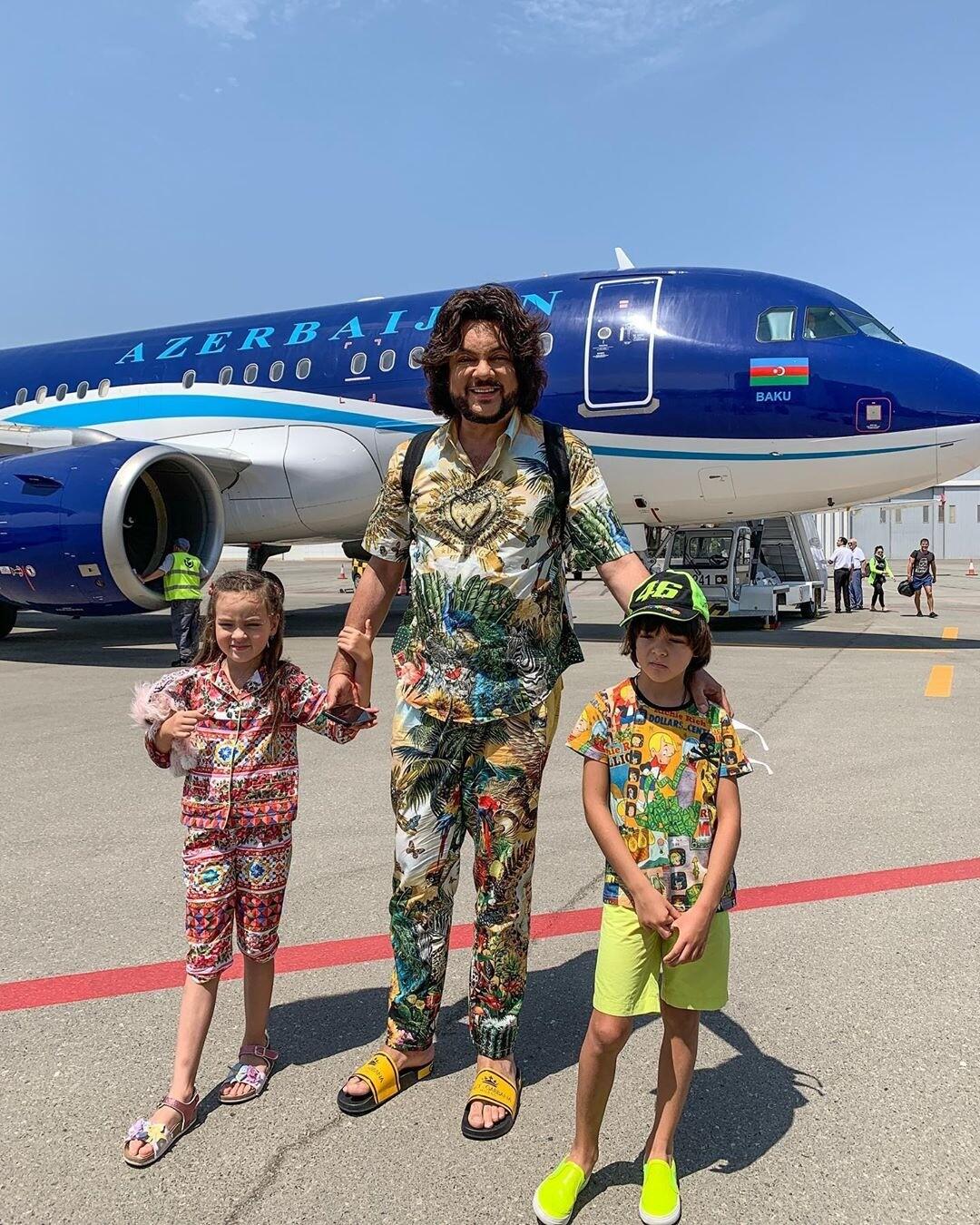 Филипп Киркоров полетел на фестиваль в Баку в шикарном самолете с огромной кроватью (видео)