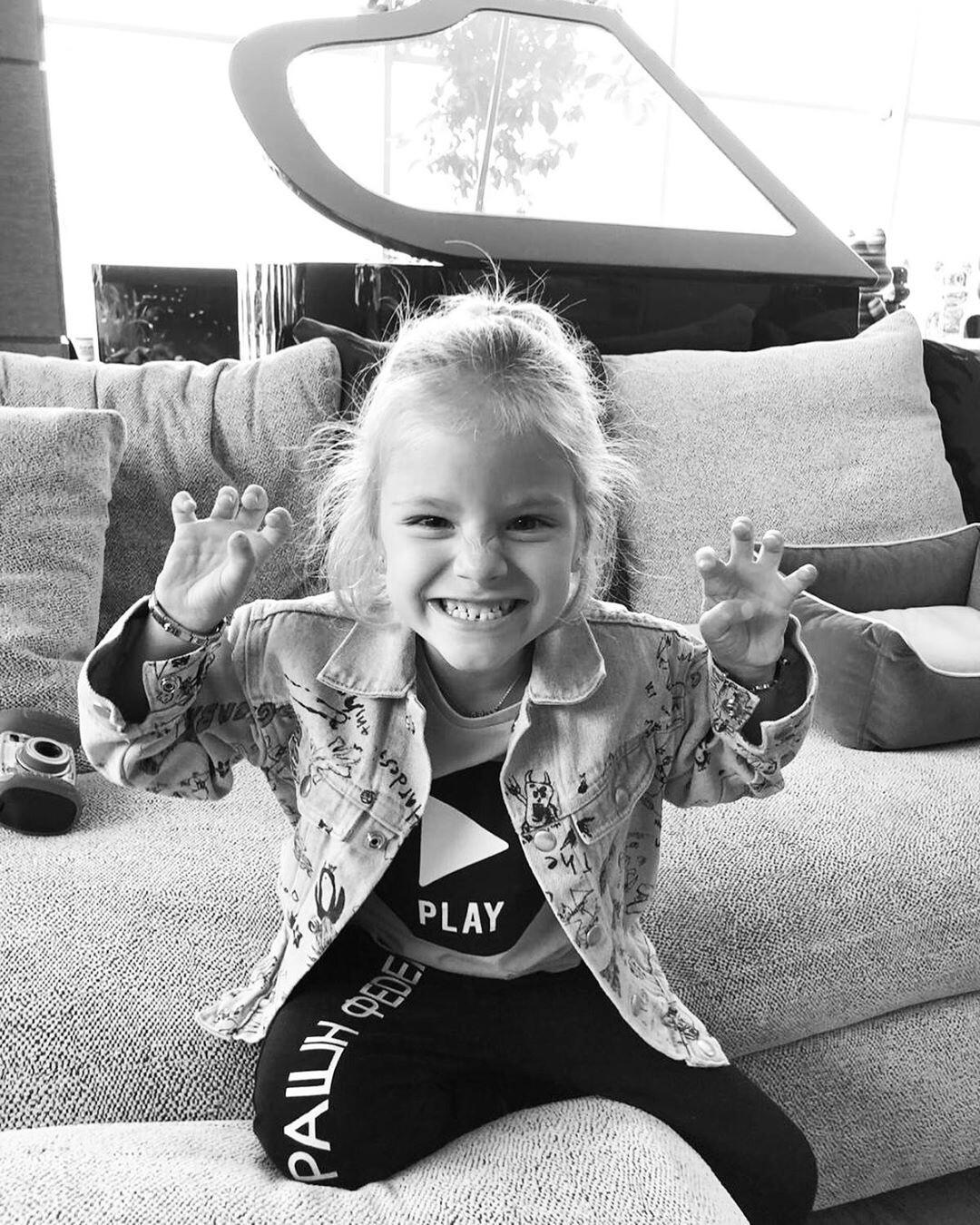 Пятилетняя дочь Алены Шишковой примерила мамины парики
