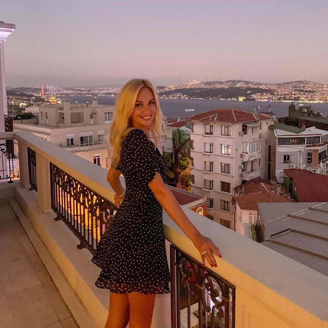 Виктория Лопырева похвасталась фигурой в леопардовом купальнике
