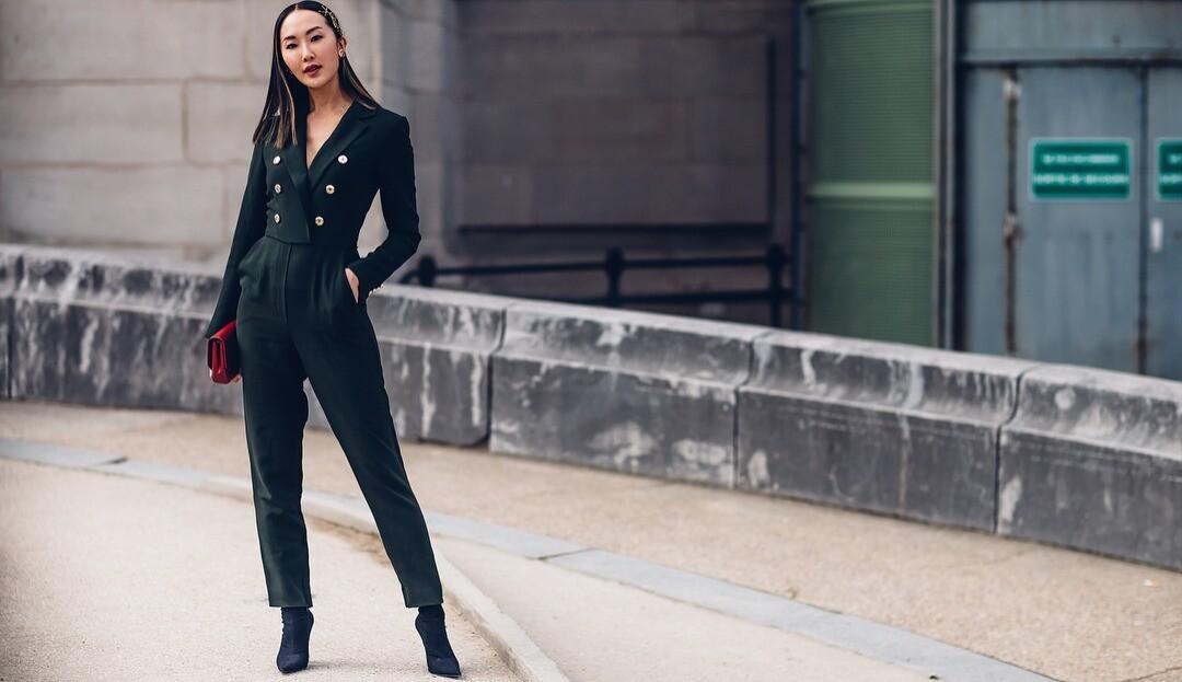 С чем носить джинсы и брюки-бананы: 10 идей для модных образов на каждый день