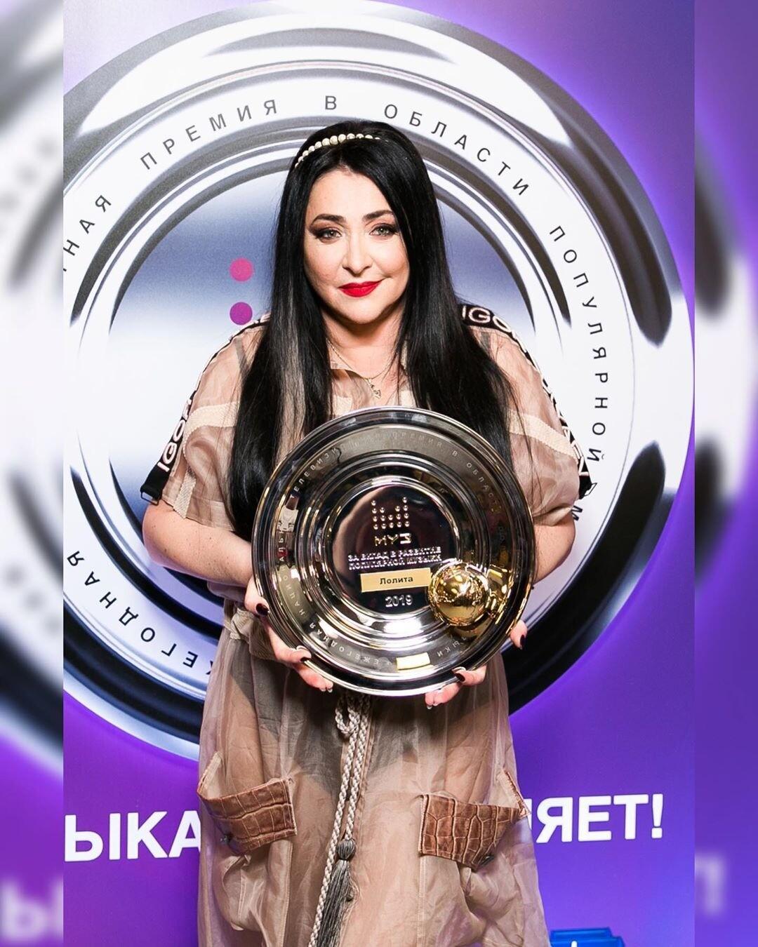Лолита Милявская расплакалась вовремя исполнения песни «Городок» наНовой волне (видео)