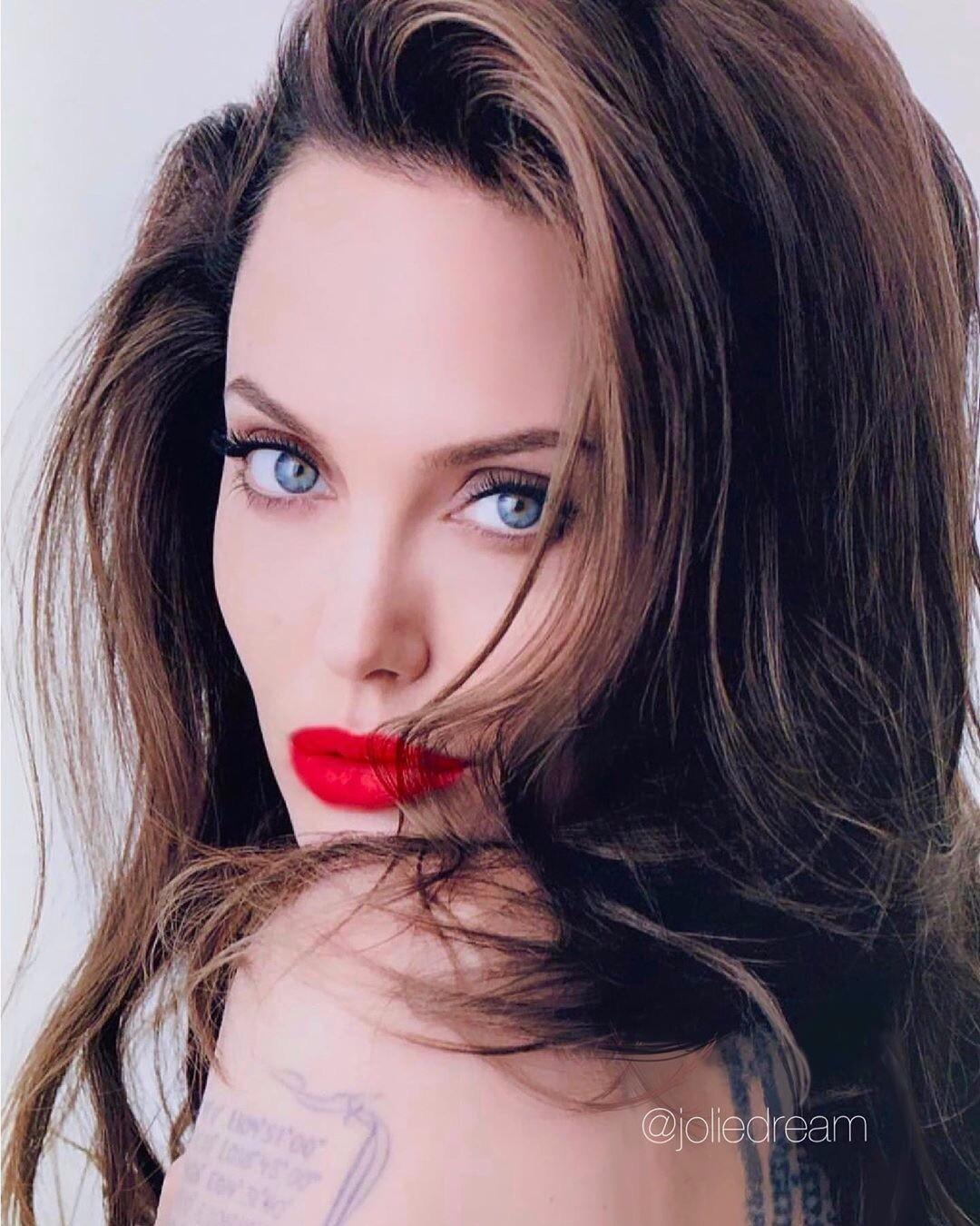 Анджелина Джоли снялась в новой рекламе парфюма полностью обнаженной