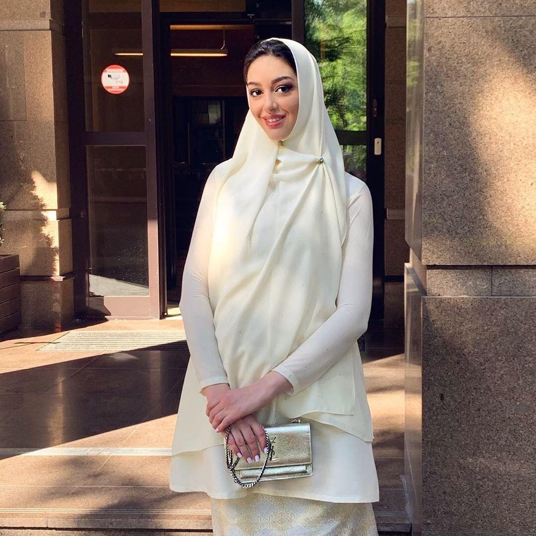 После развода с бывшим королем Малайзии Оксана Воеводина попросила молиться за ее сына
