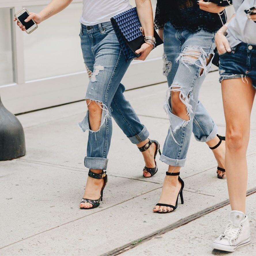 С чем девушке носить рваные джинсы: 39 образов на все случаи жизни