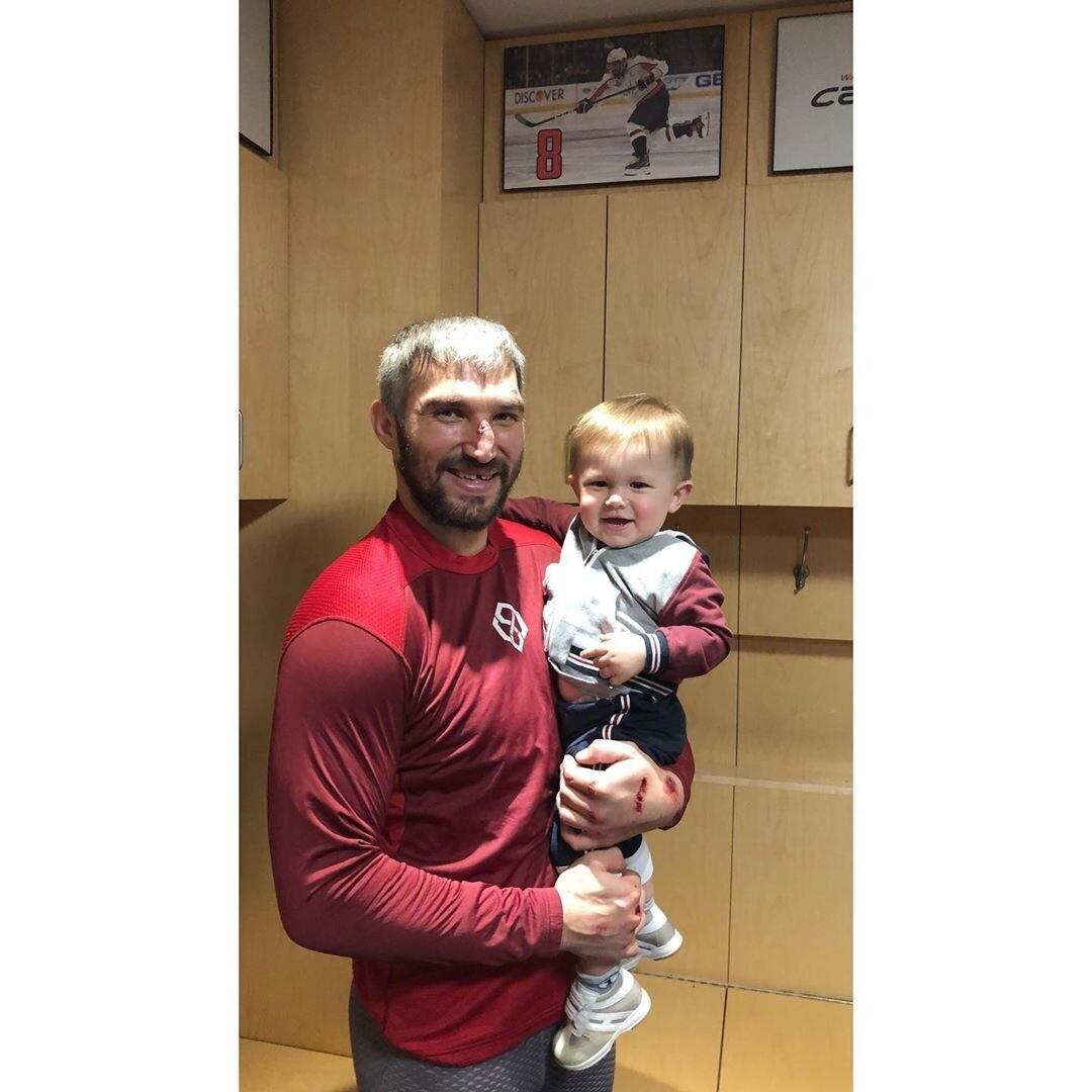 Александр Овечкин впервые взял годовалого сына на тренировку (видео)
