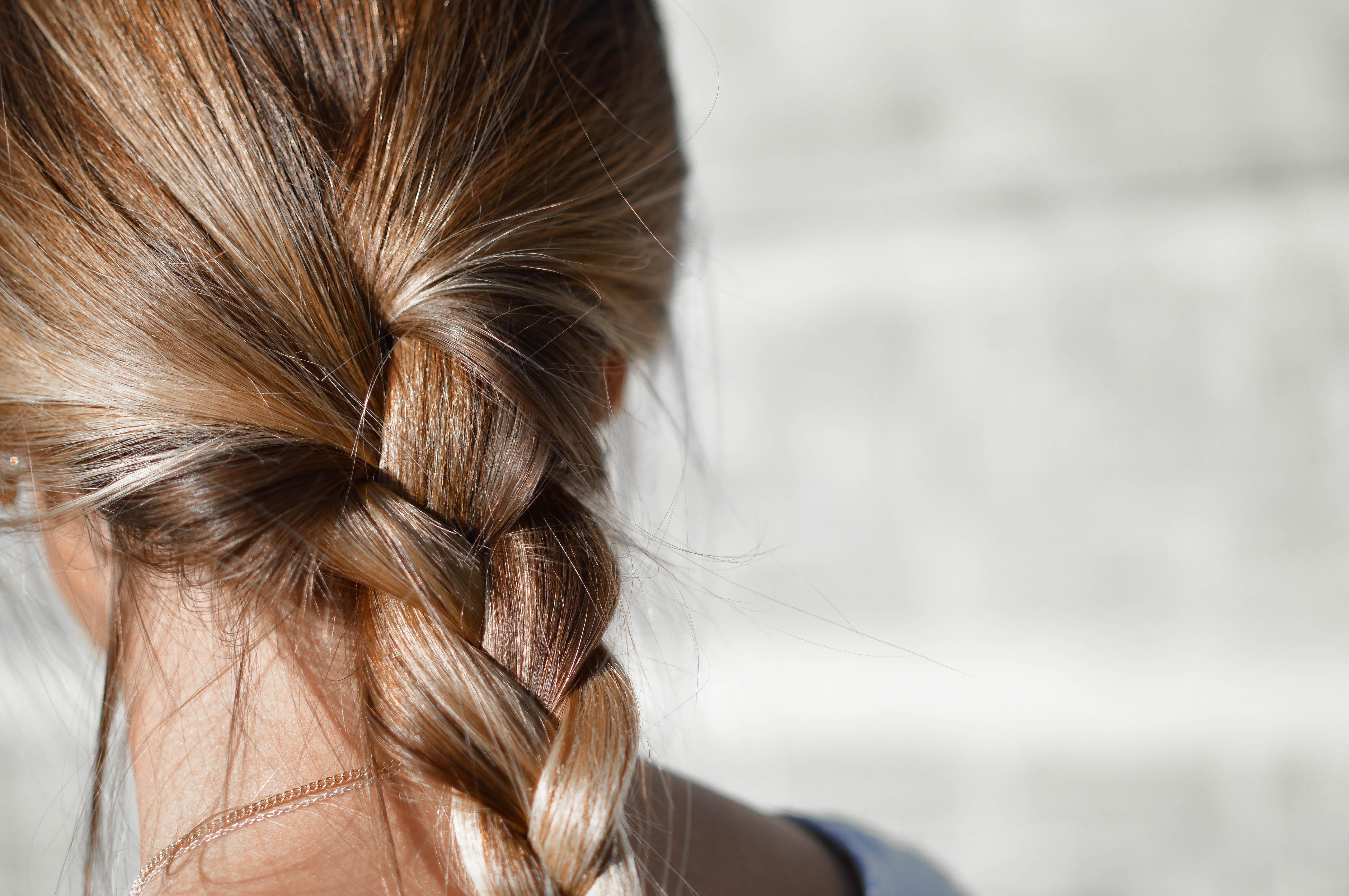 Выпадение волос после родов: 6 главных причин (и что с этим делать)