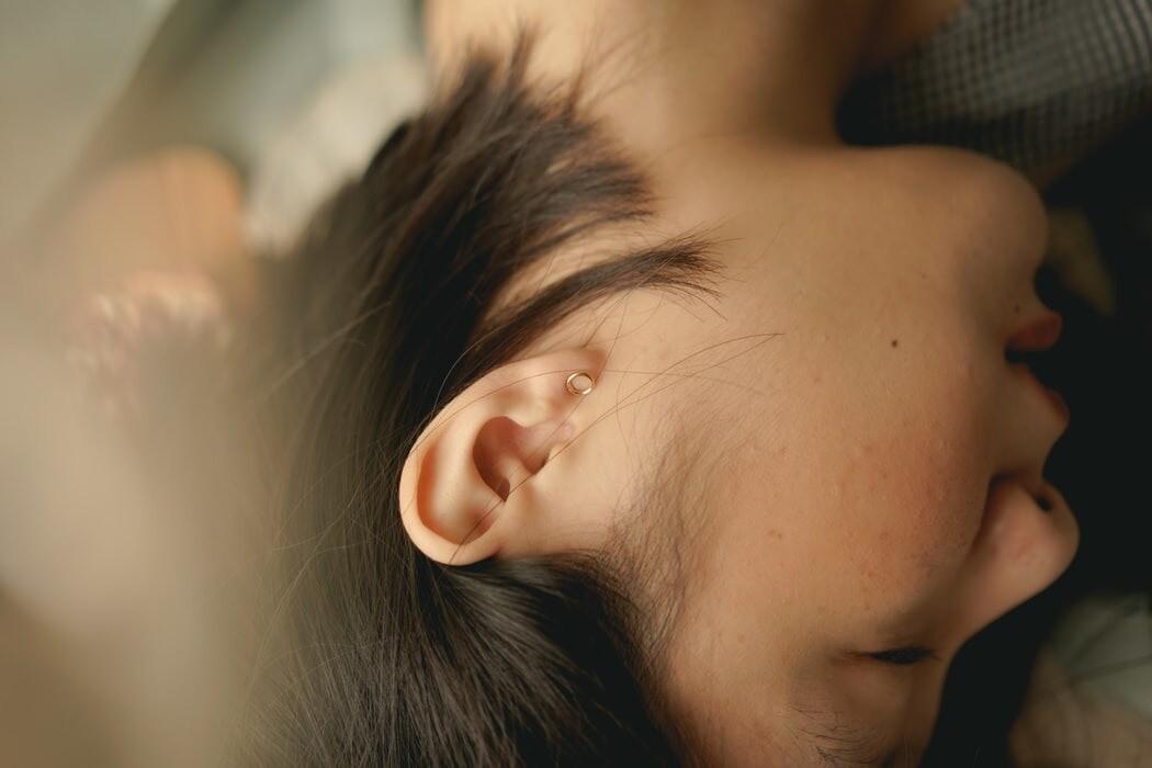 Прыщ внутри и возле уха: почему появляется и как его лечить
